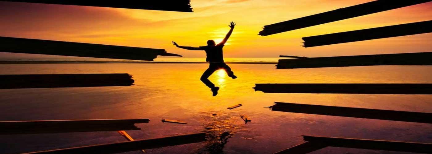 آنتونی رابینز با چاپ کتاب پرفروش «غول درون خود را بیدار کنید» در آمریکا بسیار بر سر زبان¬ها افتاد و به یک چهره شناخته شده تبدیل شد با این وجود هنوز هم در تلاش است تا الهامبخش و انگیزهدهنده مردم برای دستیابی به موفقیتهای بزرگ باشد...
